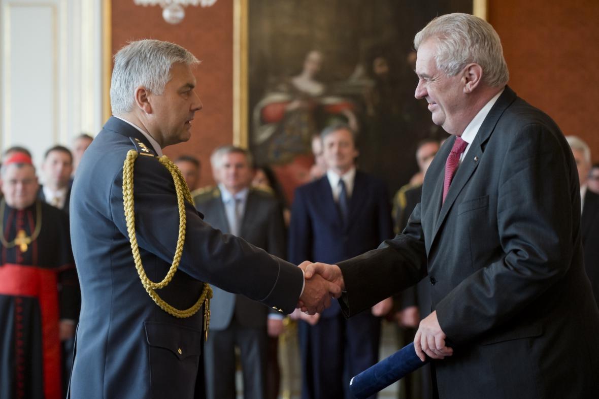 Prezident Zeman jmenoval Jaromíra Šebestu do hodnosti generála