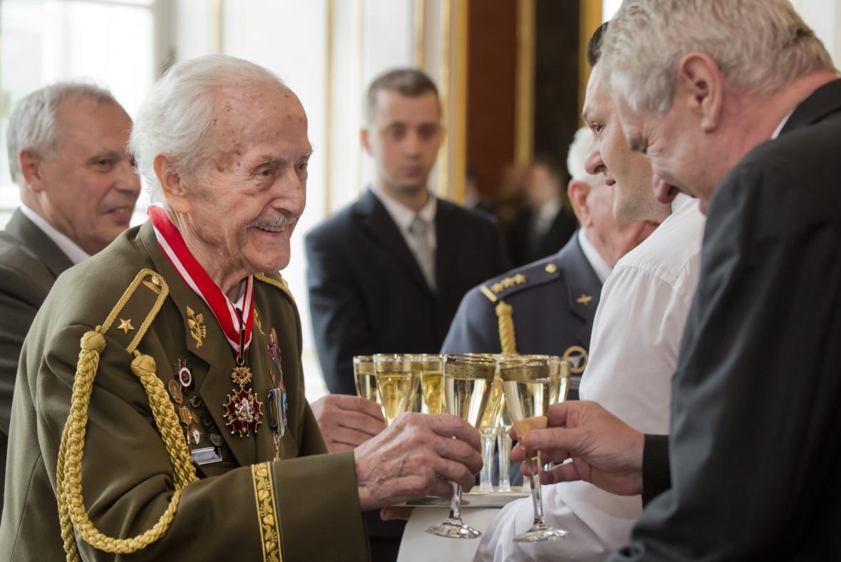 Prezident Zeman si připíjí s válečným veteránem Mikulášem Končickýcm