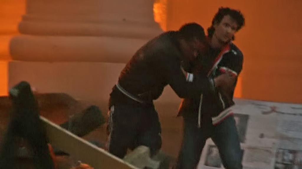 Lidé utíkají z hořícího Domu odborů v Oděse