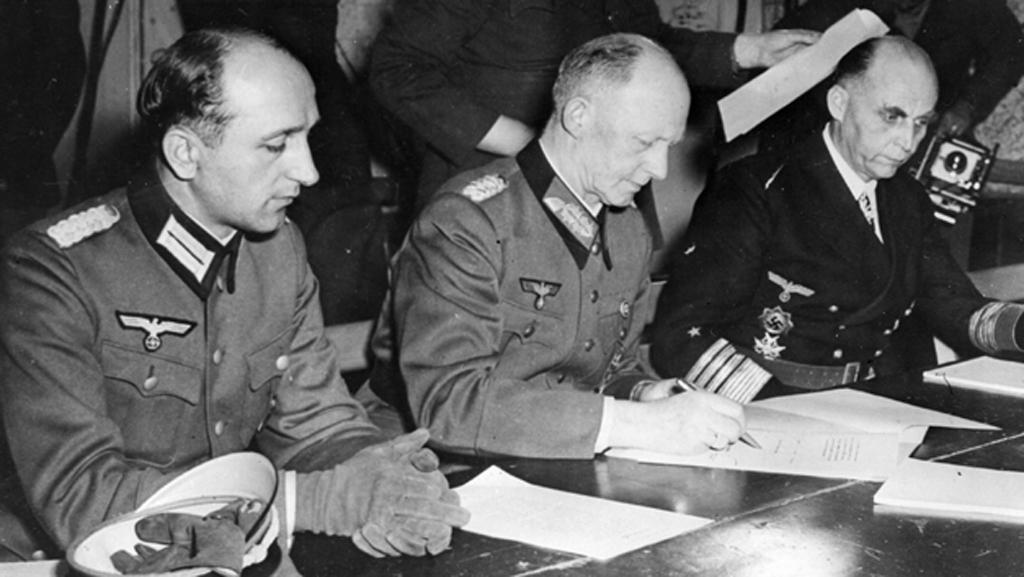 Německý generál Alfred Jodl podepisuje kapitulaci Německa