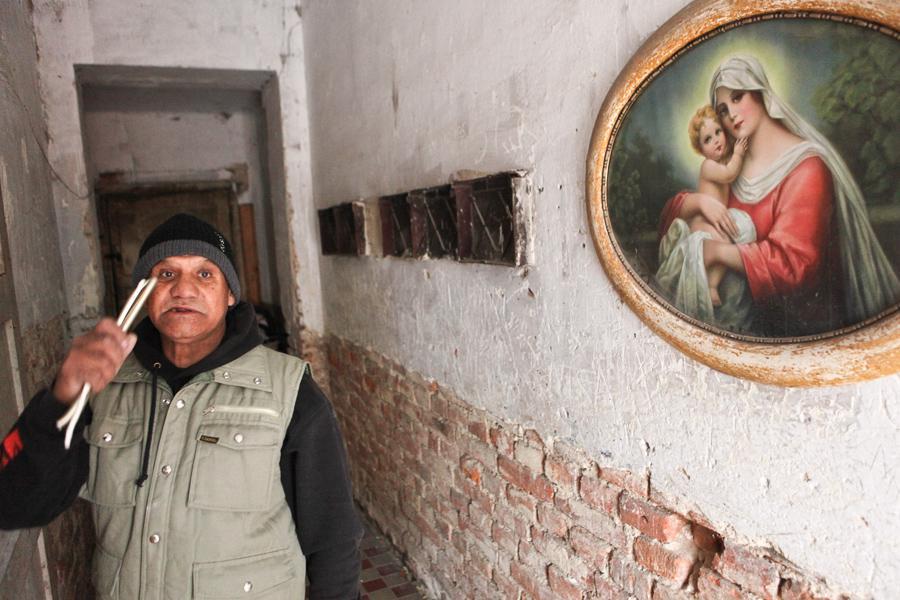 Nezaměstnaný Rom v předraženém nájmu v neudržovaném domě