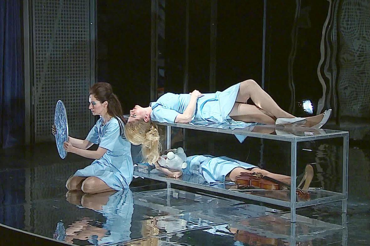 Operní thriller Alice in bed