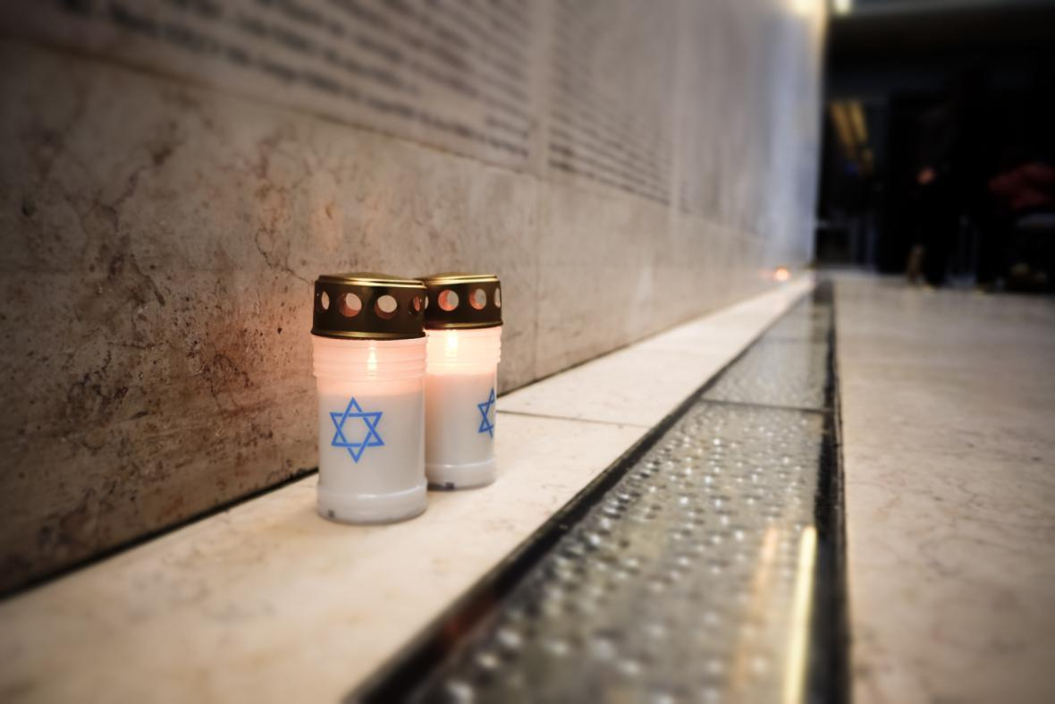 Památku obětí holocaustu uctili lidé i v Paříži
