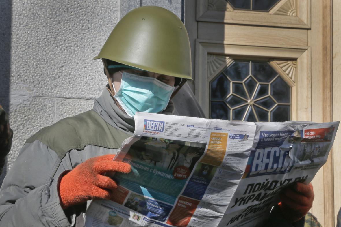 Podporovatelé ukrajinské vlády čtou noviny