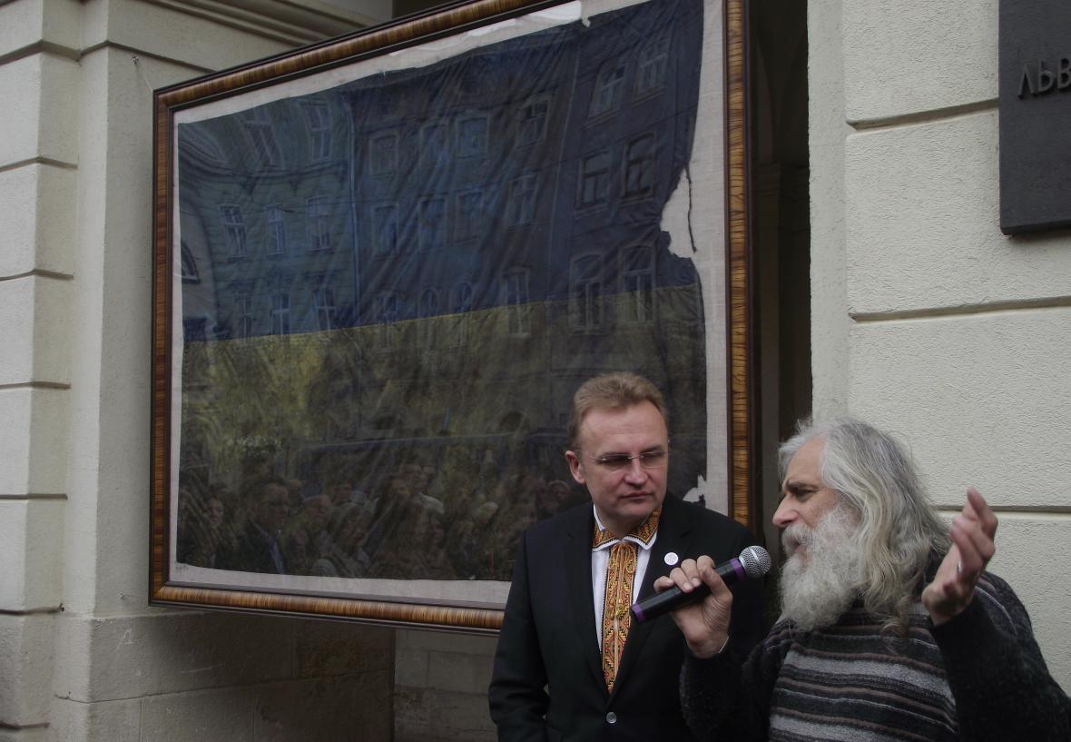 Starosta Lvova Andrij Sadovyj s poničenou ukrajinskou vlajkou