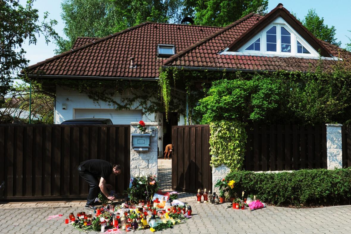 Pietní místo u rodinného domu Ivety Bartošové