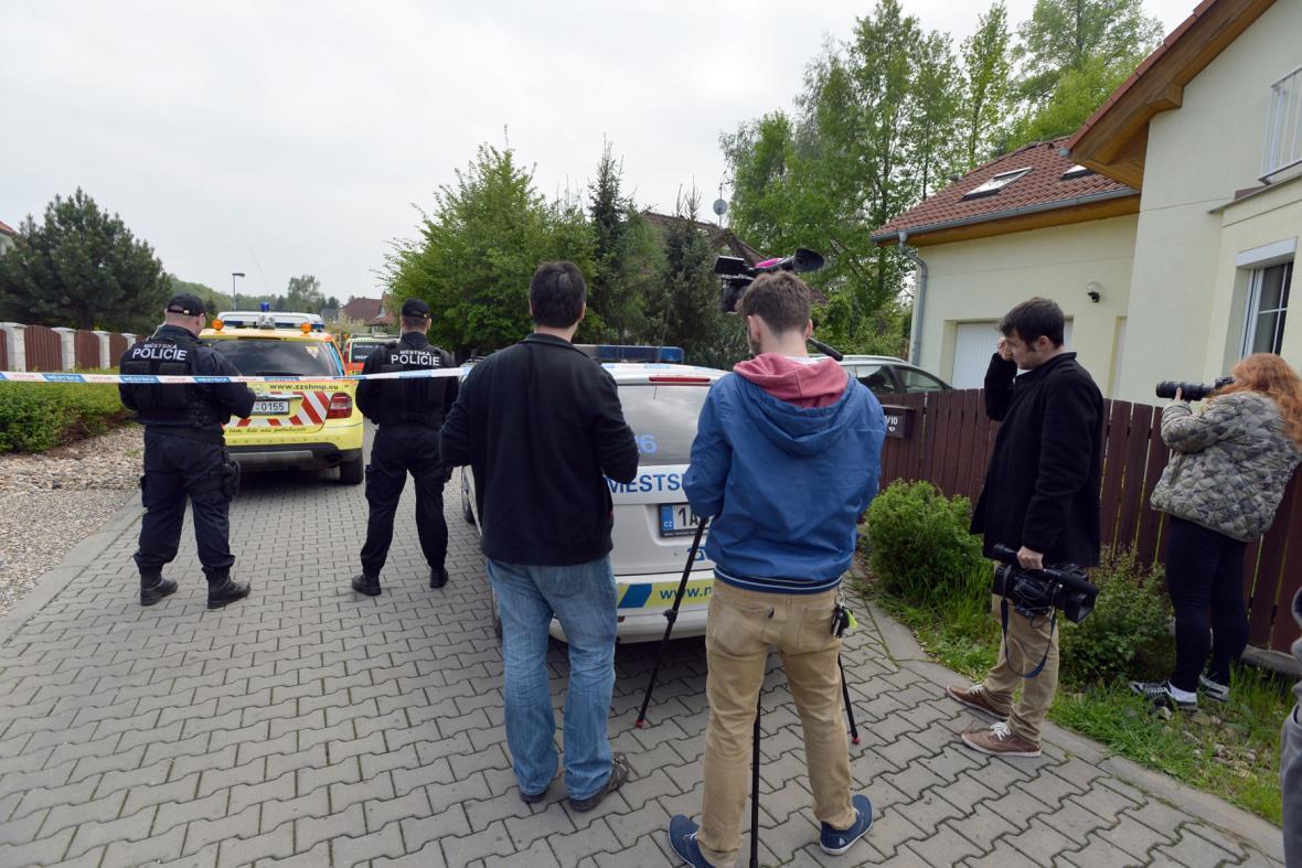 Novináři přihlížejí vyšetřování sebevraždy Ivety Bartošové