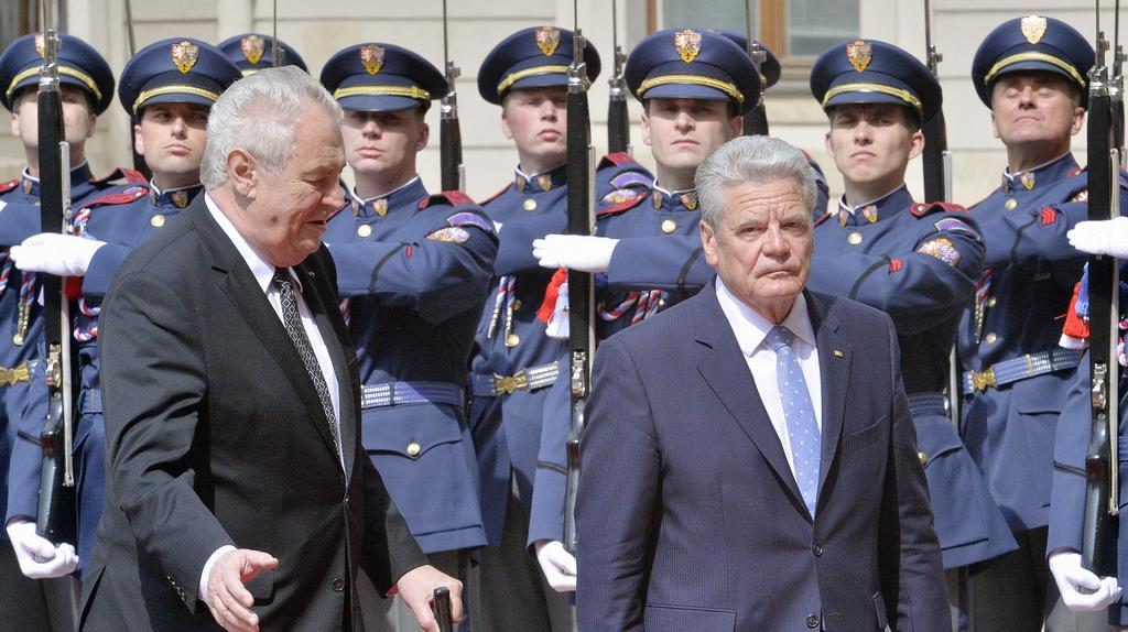 Zeman vítá Gaucka na Pražském hradě