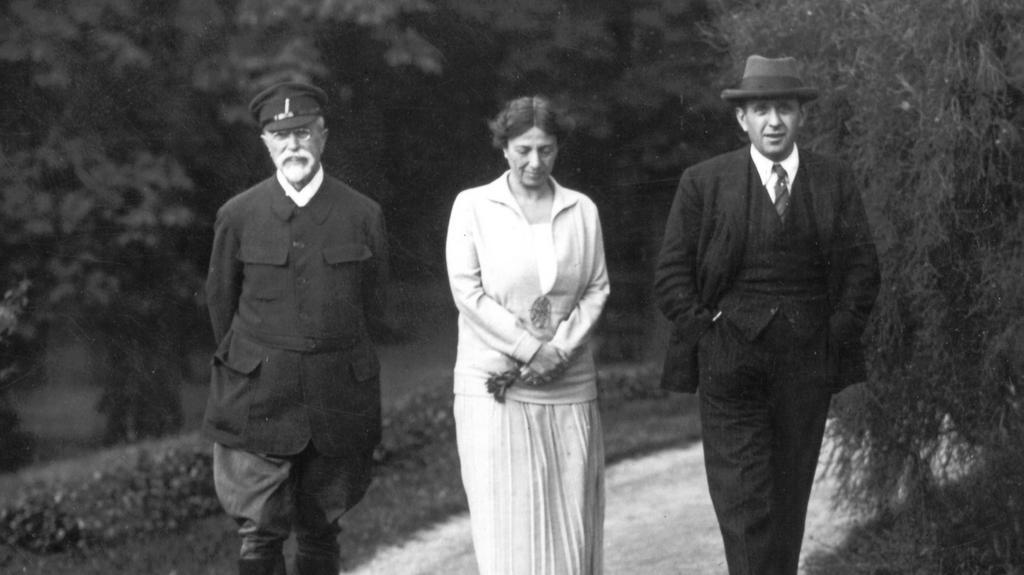 Při lánské procházce s otcem a bratrem Janem