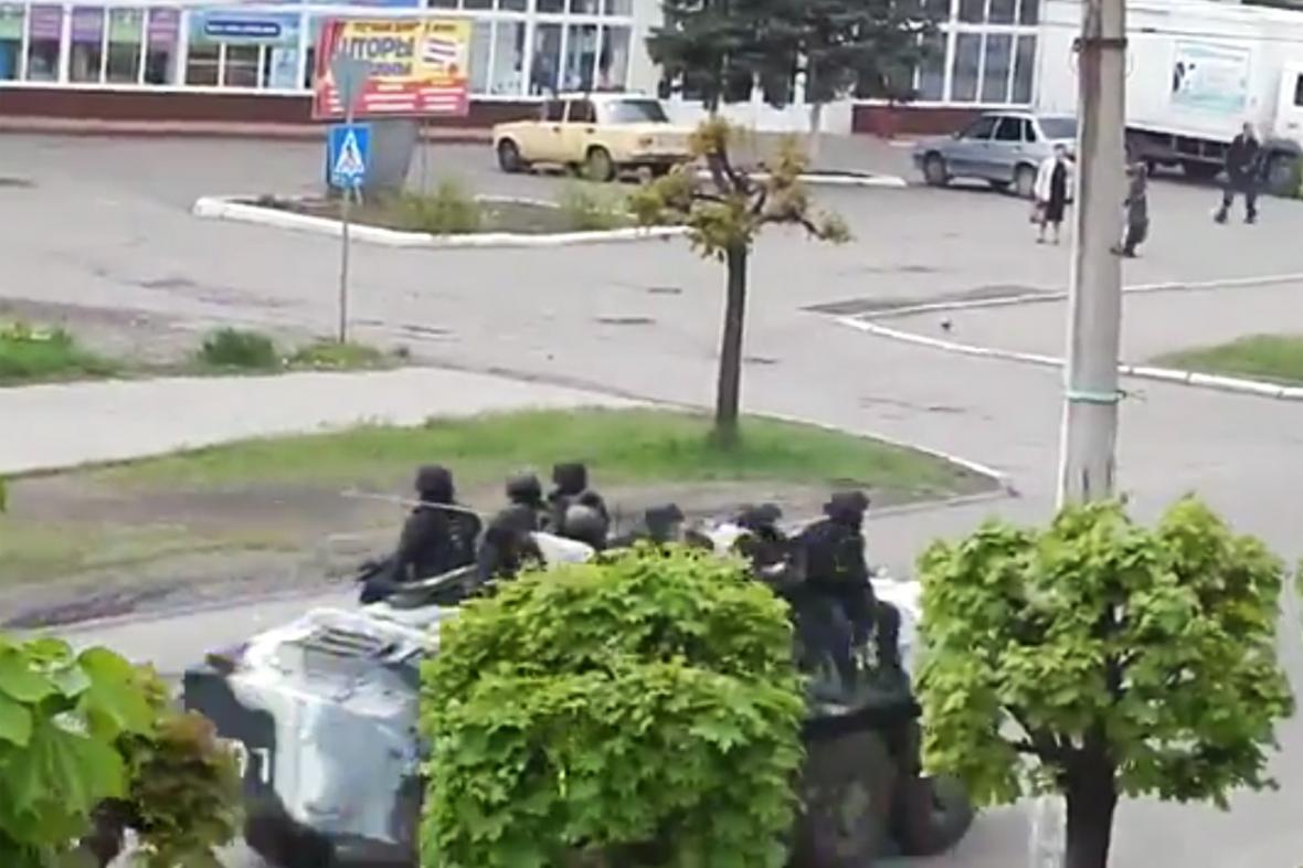 Ukrajinské jednotky v ulicích Kramatorska