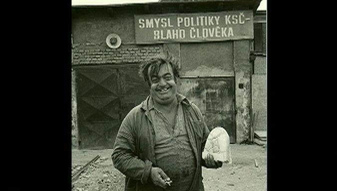 Muž držící chléb a klíče (výřez)