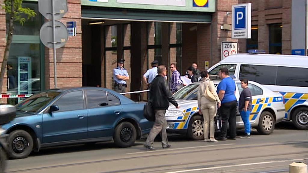 Policisté u přepadené pobočky