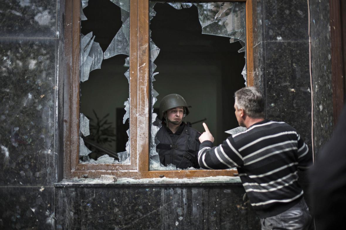 Proruští aktivisté zaútočili na prokuraturu v Doněcku