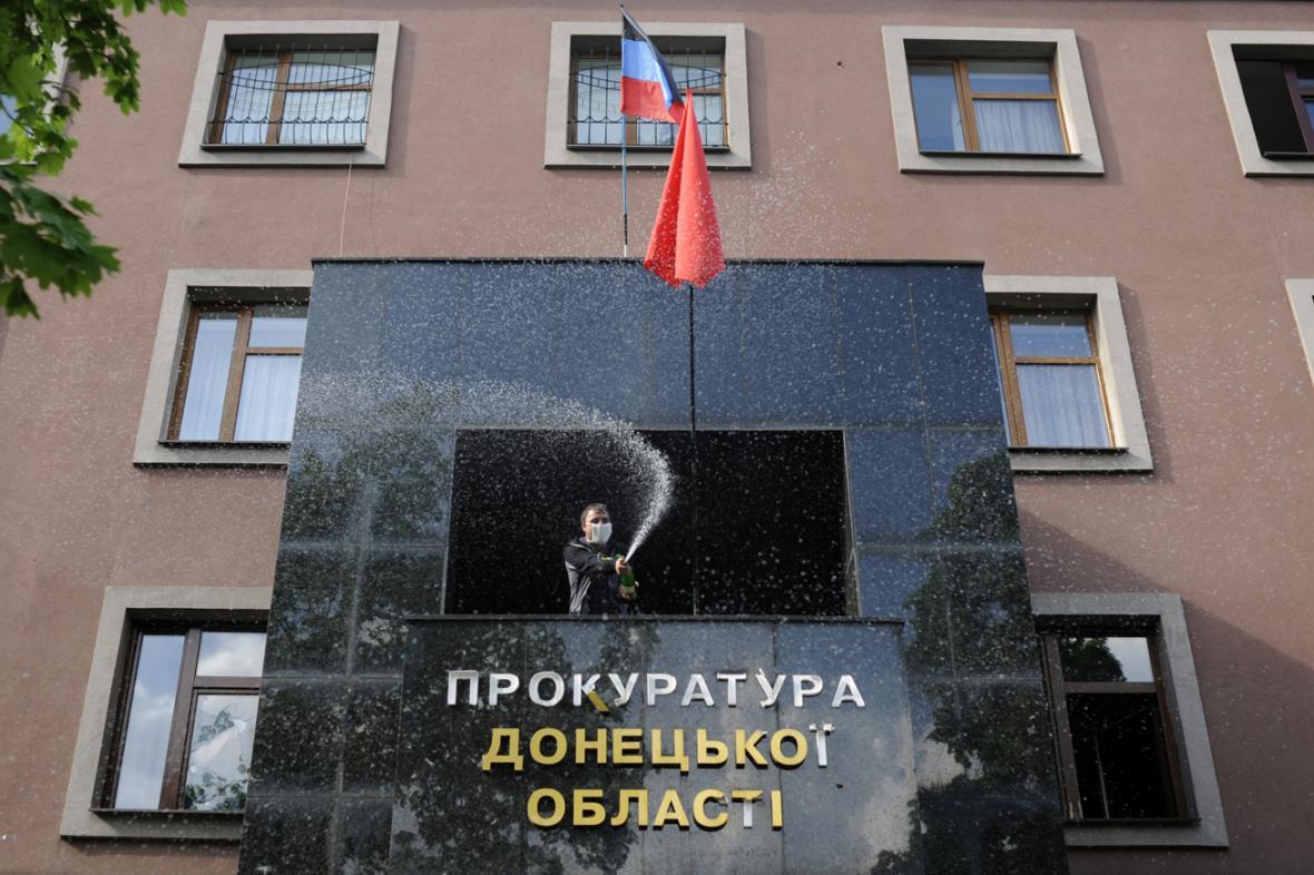 Separatisté slaví šampaňským dobytí prokuratury v Doněcku