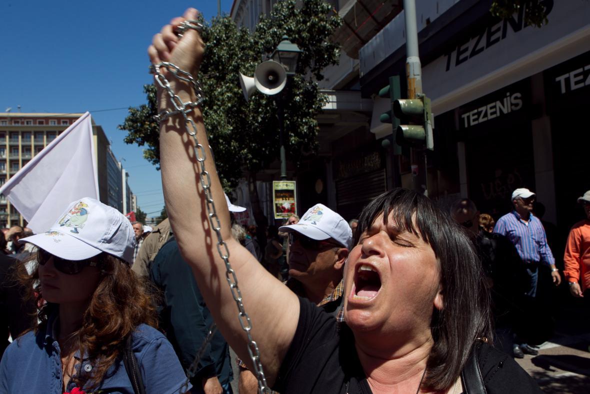 Prvomájoví demonstranti se v Aténách spoutali řetezy