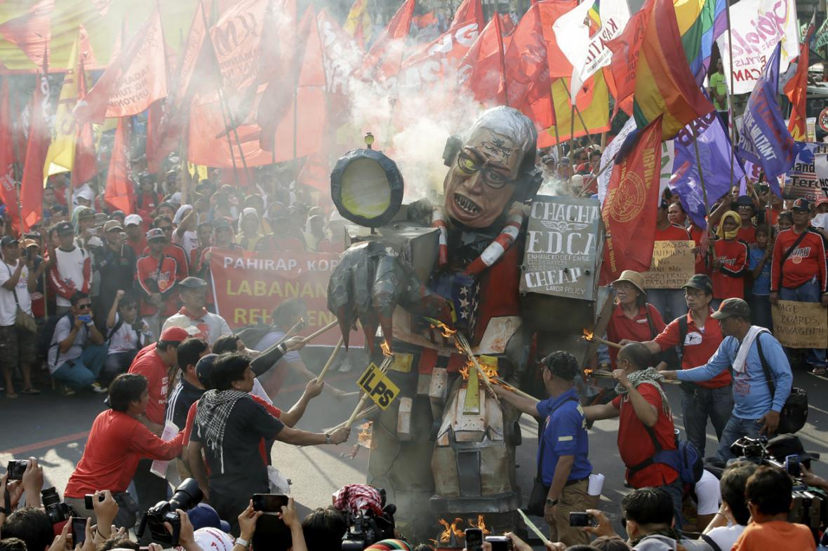 Filipínci na 1. máje pálili figurínu prezidenta Aquina
