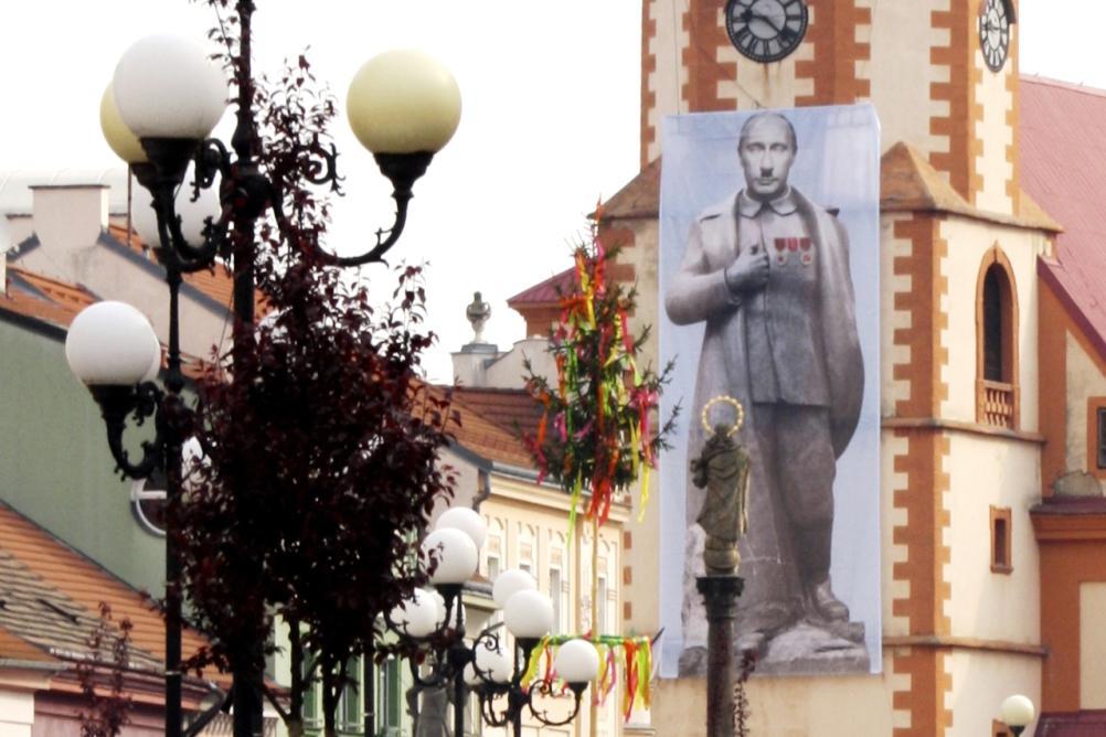 Plakát Vladimira Putina na sokolovském kostele