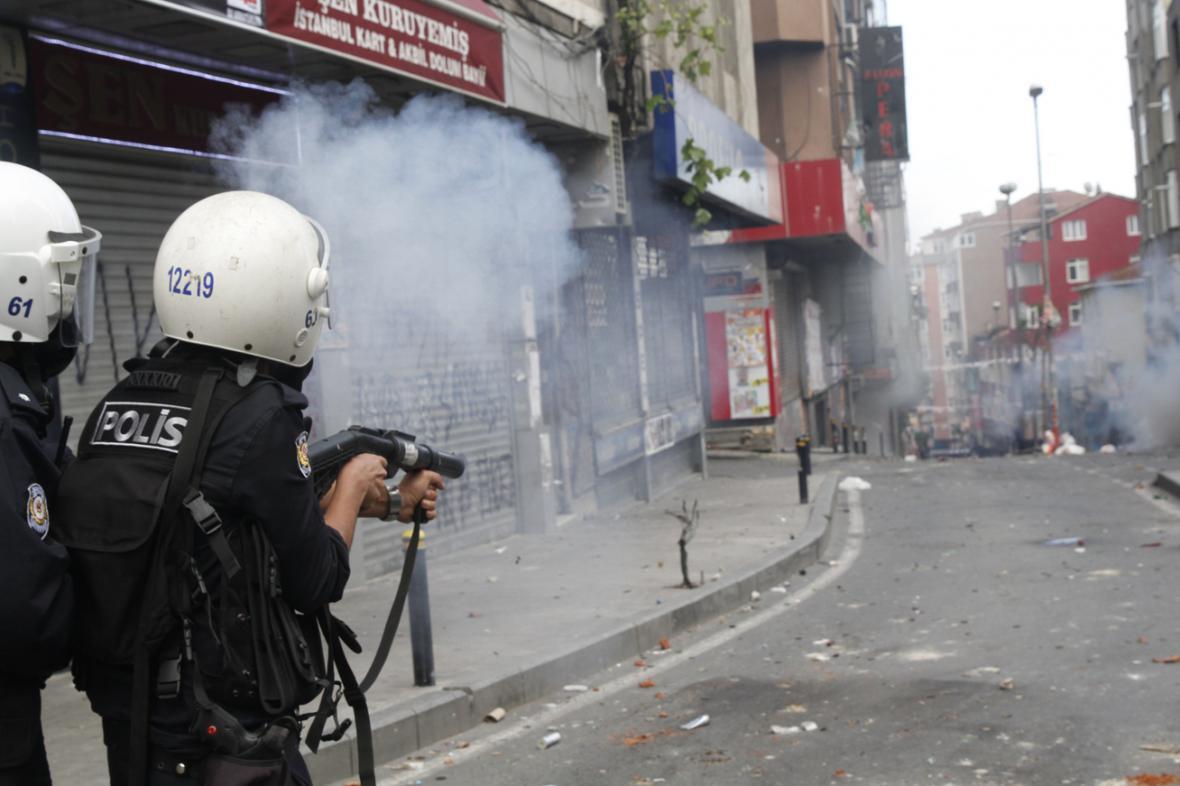 Prvomájové střety mezi demonstranty a policií v Istanbulu