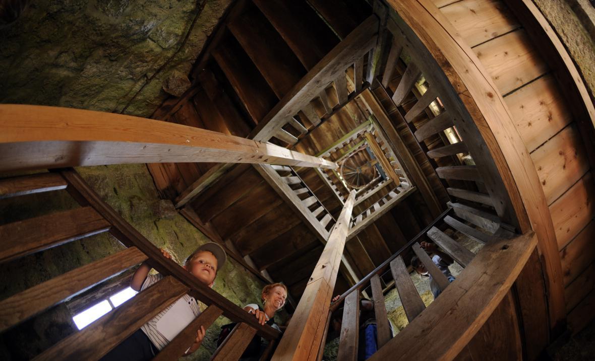Zrekonstruované schodiště rozhledny Bramberk