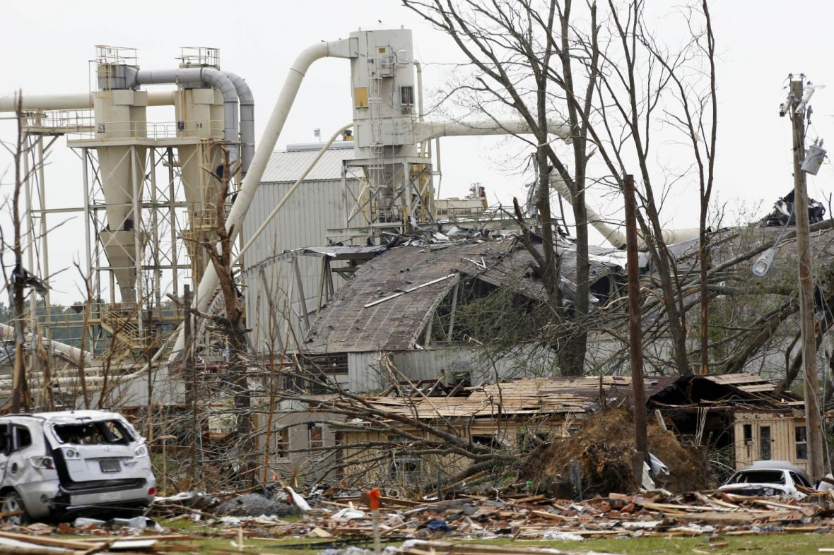 Tornádo zničilo v Louisville továrnu na zpracování dřeva