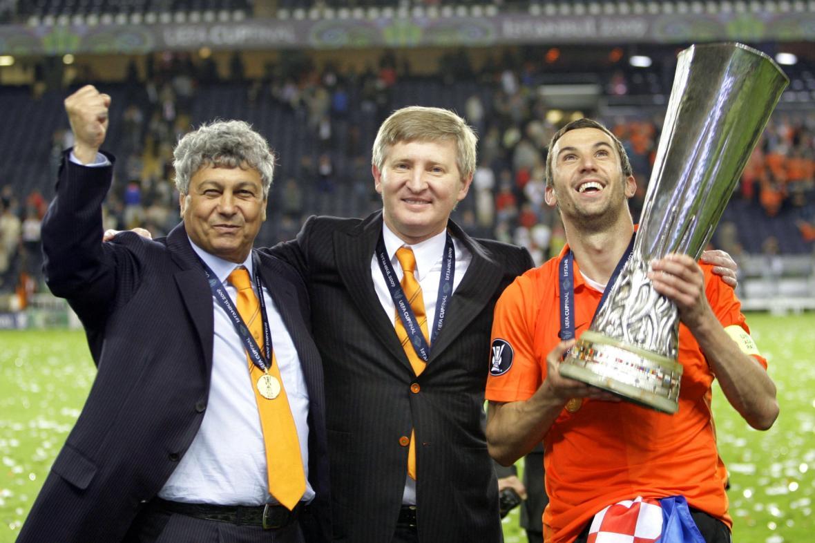 Achmetov oslavil se svým Šachtarem v roce 2009 zisk Poháru UEFA