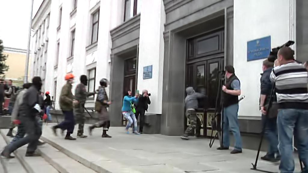 Proruští ozbrojenci obsazují správní budovy