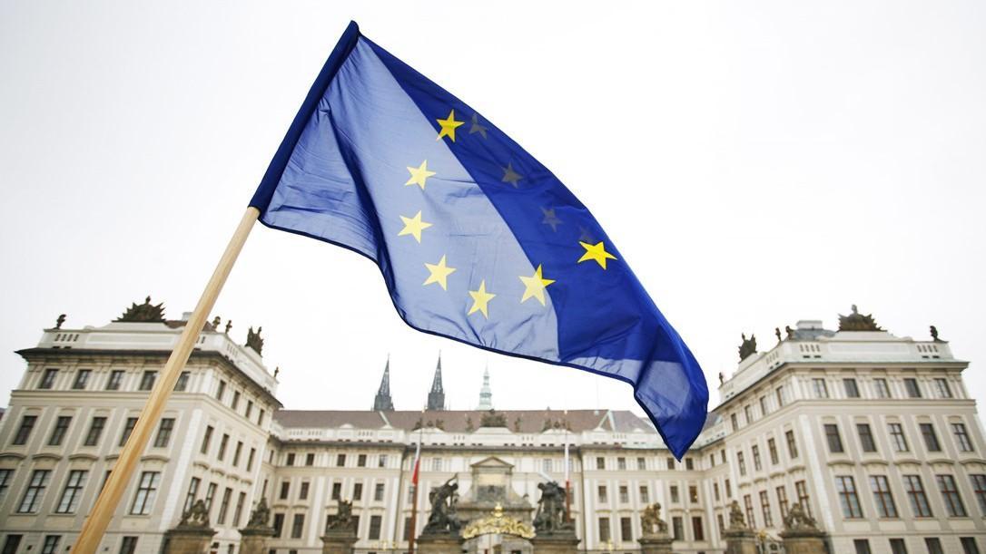 Vlajka EU nad Pražským hradem