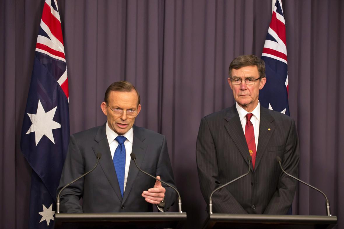 Tony Abbott a šéf pátracího týmu Angus Houston