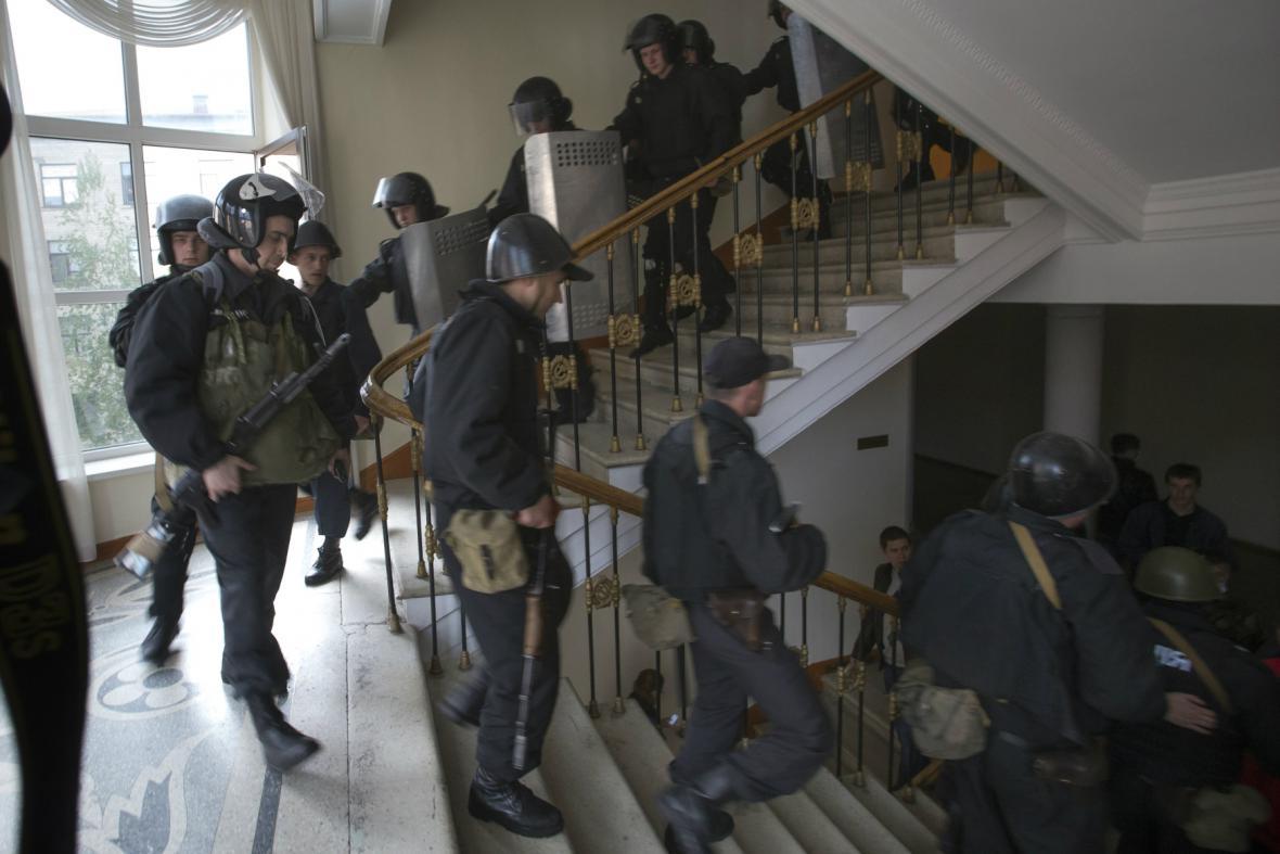 Luhanští policisté opouštějí budovu obsazenou separatisty