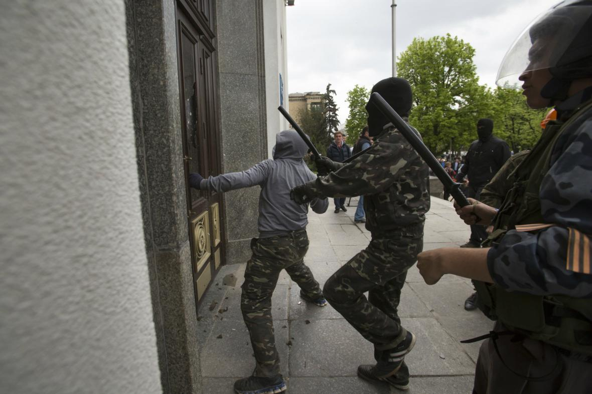 Separatisté se snaží vniknout do administrativní budovy v Luhansku