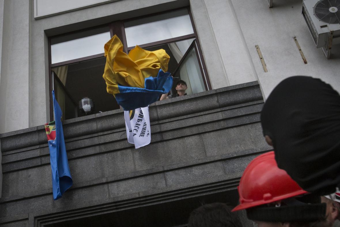 Separatisté v Luhansku vyhazují z okna ukrajinskou vlajku