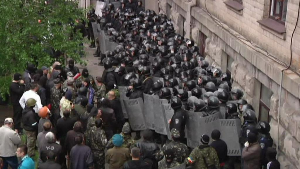 Střet separatistů a policie v Luhansku