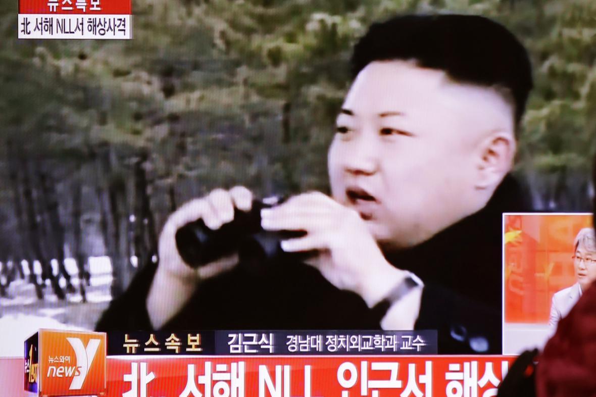 Kim Čong-un pozoruje vojenské cvičení své armády