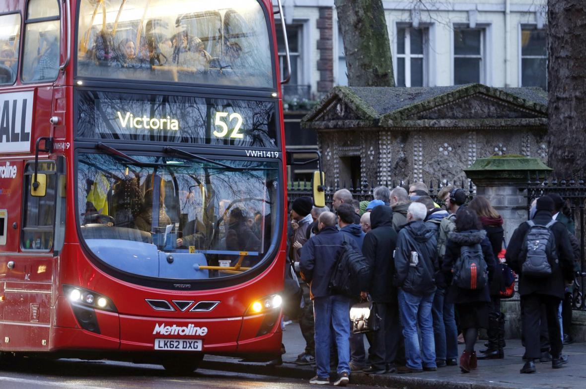 Místo metra sázejí Londýňané na povrchovou dopravu
