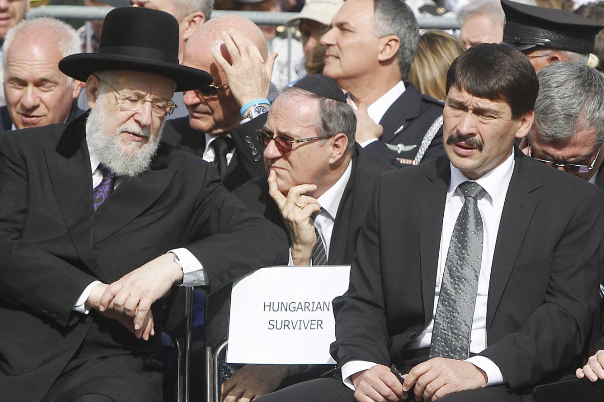 Maďarský prezident János Áder (vpravo) na pietní akci v Osvětimi