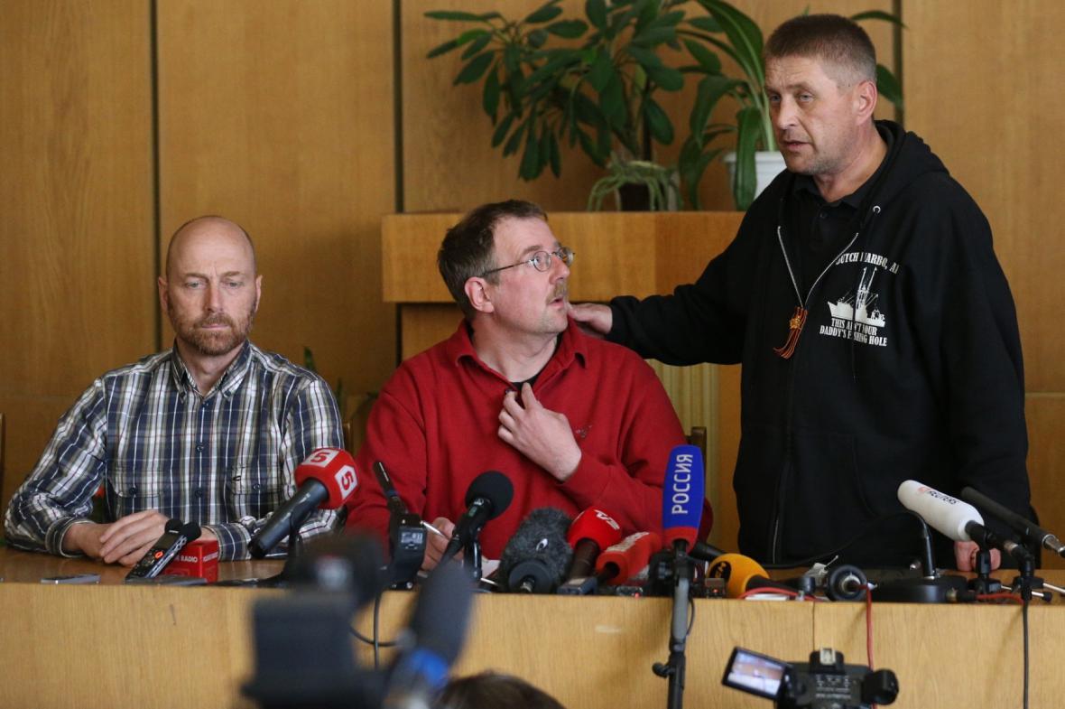 Člen pozorovatelské mise Axel Schneider (úplně vlevo) a Vjačeslav Ponomarov (úplně vpravo) na tiskové konferenci