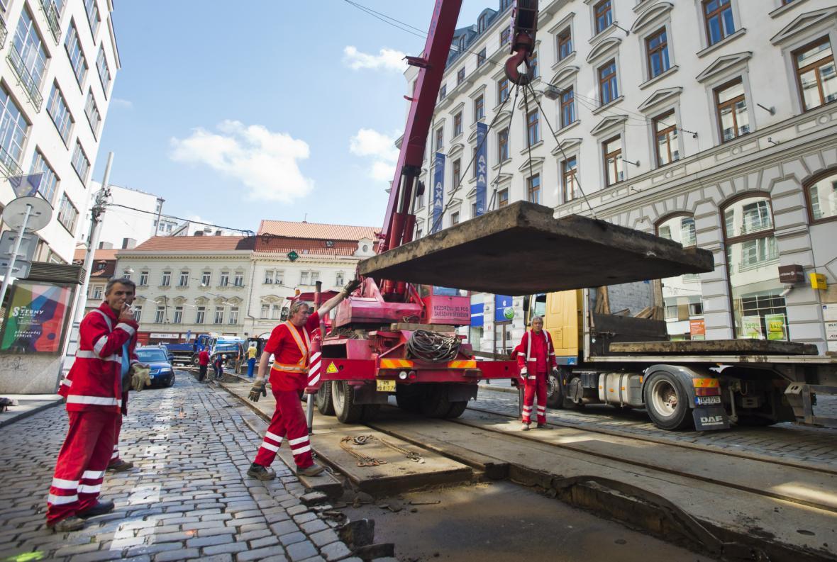 Opravy tramvajové trati v Lazarské ulici