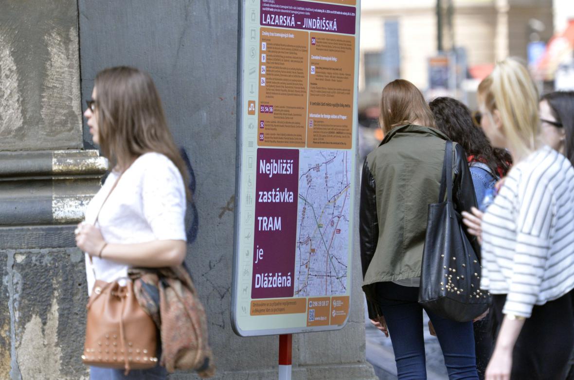 Cedule v centru Prahy informují o výluce tramvaje