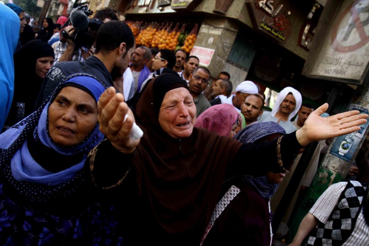 Lidé v egyptských ulicích spontánně reagují na rozhodnutí soudu