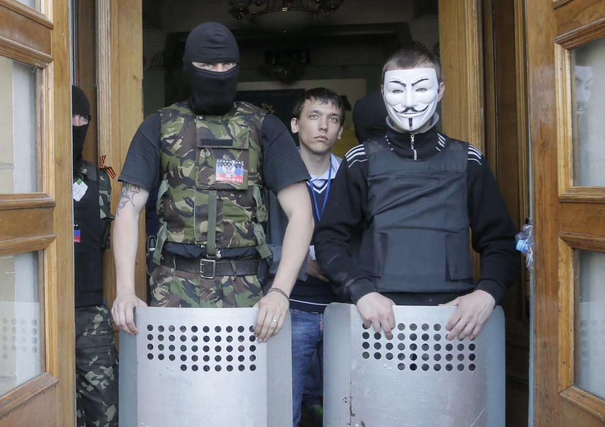 Proruští aktivisté hlídají vchod do regionálního televizního centra v Doněcku