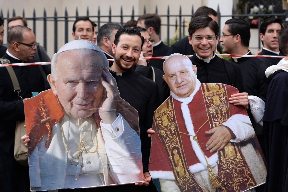 Fanoušci svatořečených papežů