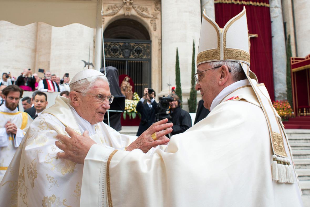 Benedikt XVI. se zdraví se svým následovníkem papežem Františkem