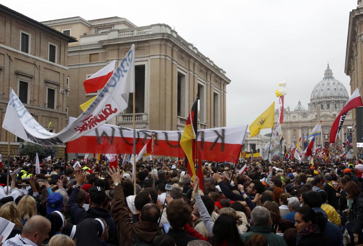 Vatikán zaplnily polské vlajky