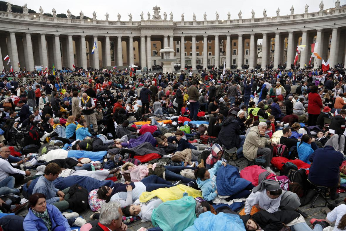 Návštěvníci Vatikánu hned od brzkého rána zaplnili Svatopetrské náměstí