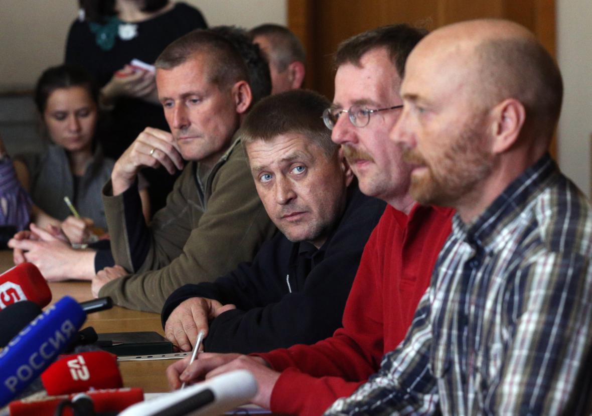 Tisková konference, na které vystoupil Axel Schneider, jeden ze zadržených pozorovatelů