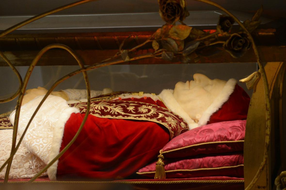 Tělo Jana XXIII. je vystaveno ve skleněné rakvi