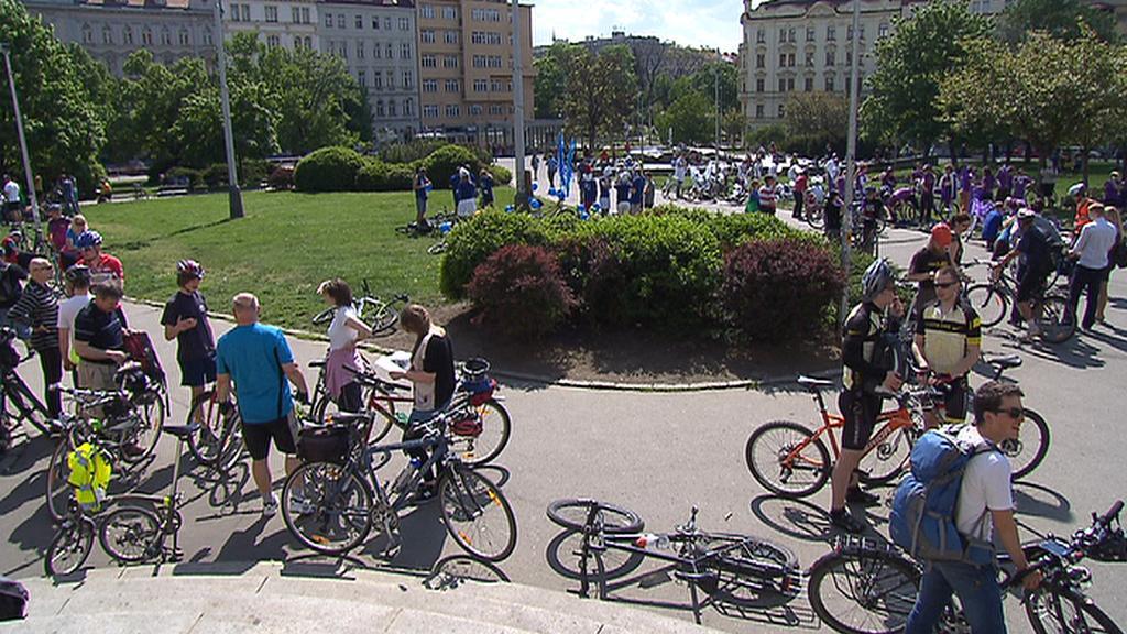 Cyklisté se scházejí na náměstí Jiřího z Poděbrad