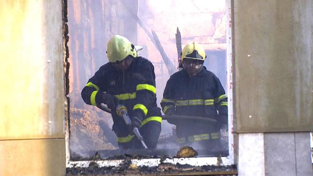 Hasiči dohašují spáleniště galvanovny v Lanškrouně