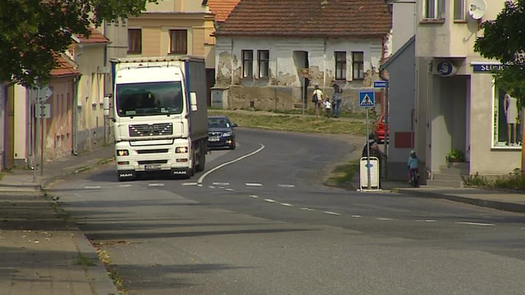 Kamion v obci