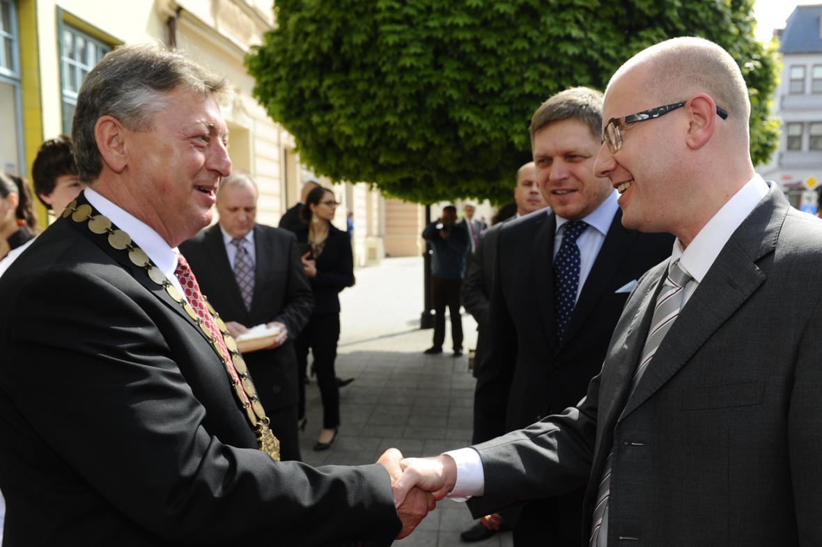 Skalický primátor Stanislav Chovanec s Bohuslavem Sobotkou a Robertem Ficem